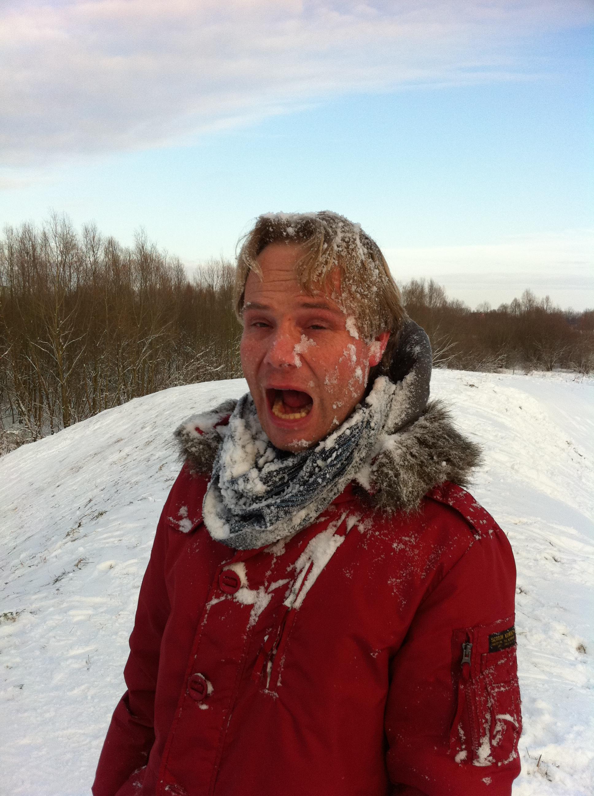 Michiel ingezeept met sneeuw door Jannie en Jelte
