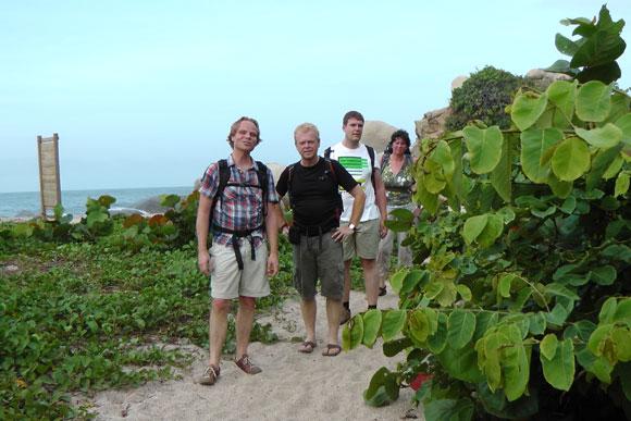Op weg naar de camping via het strandpad in Tayrona NP