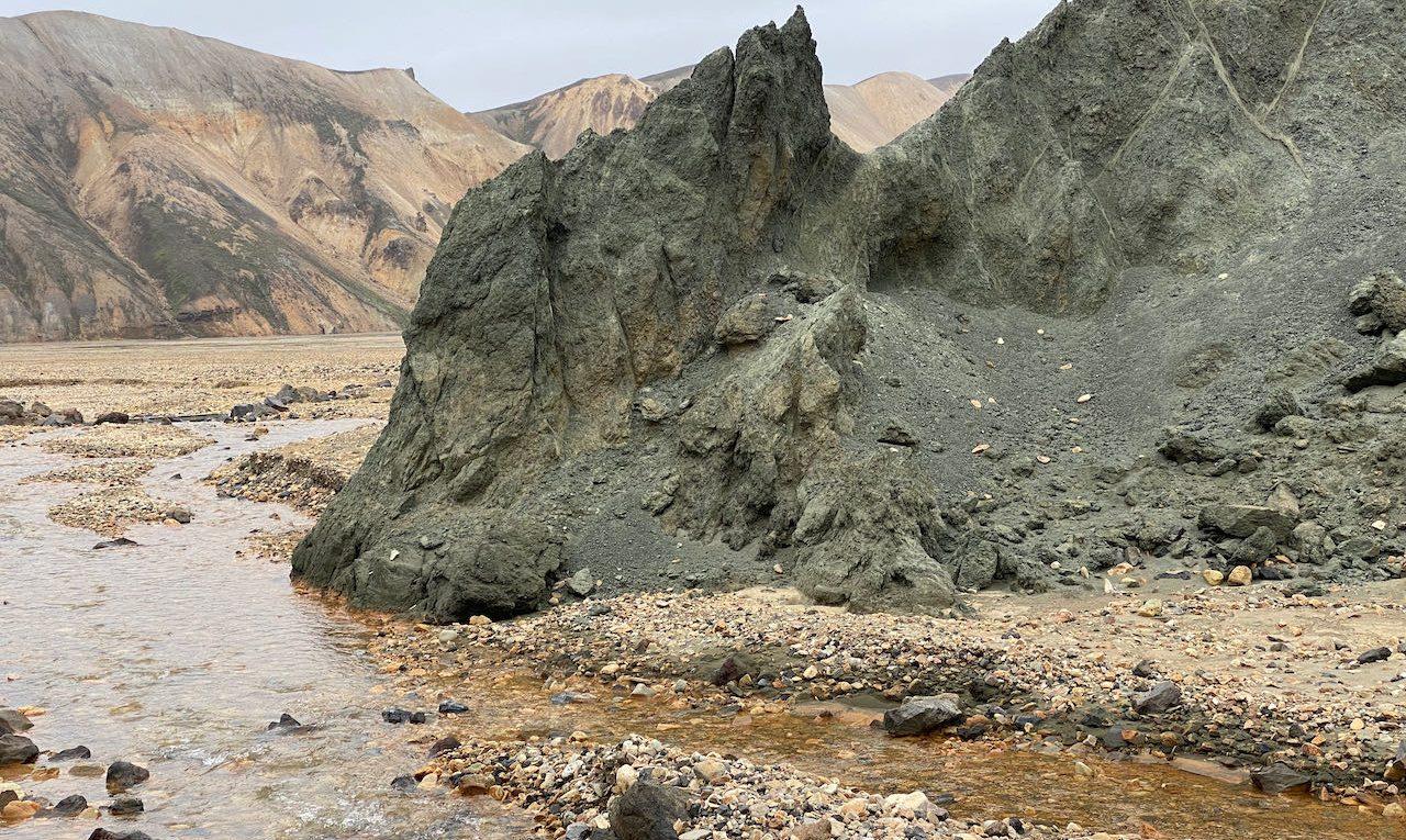Grijsgroene rotsformatie